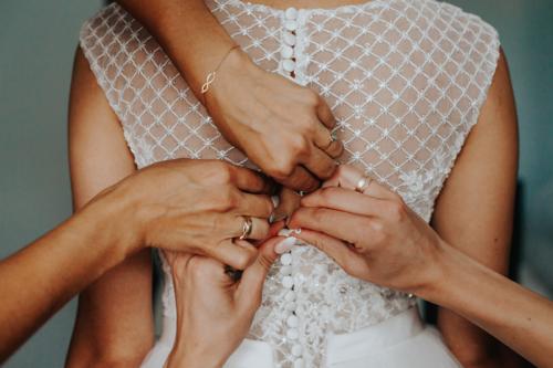 Przygotowania w fotografii ślubnej. Dwie druhny, to nieoceniona pomoc w tym ważnym dniu