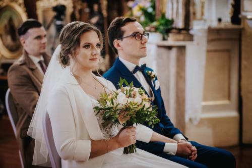 Klasyczne ujęcie pary młodej podczas kazania
