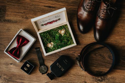 Mucha bądź jak kto woli muszka, spinki, pasek, buty, zegarek to podstawowe atrybuty pana młodego