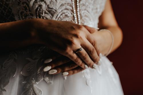 Pierścionek zaręczynowy to jeden z najważniejszych detali w fotografii ślubnej